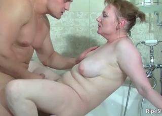 Wet naked mom sucks in the bathtub